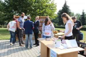 wakacyjna wymiana książek na placu przed biblioteką