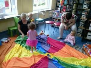 Dzieci bawiące się chustką Klanzy