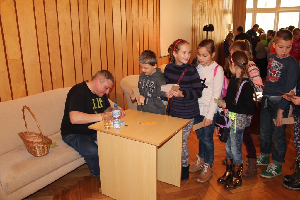 Na zdjęciu Marcin Pałasz rozdaje autografy
