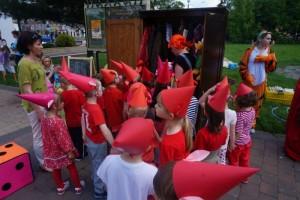 Dzieci w czerwonych czapeczkach
