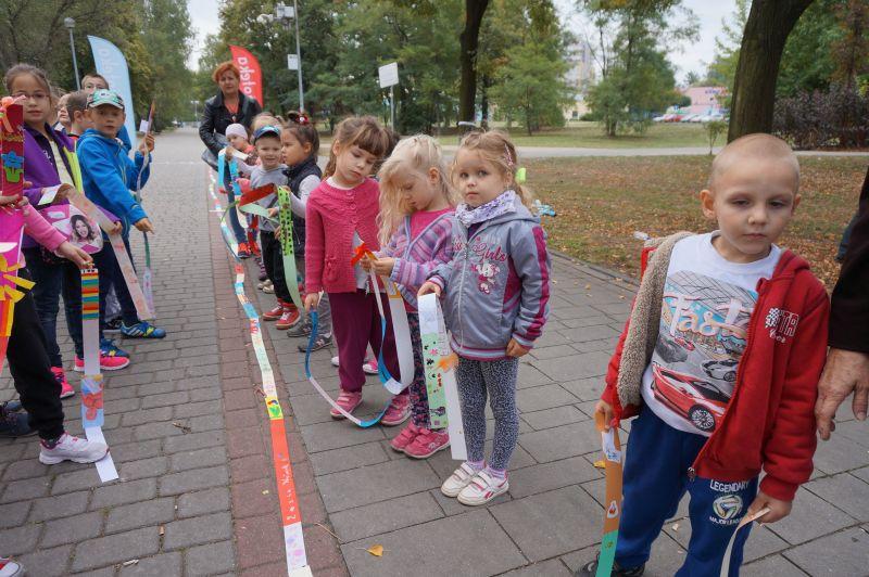 Dzieci stojące przy najdłuższej zakładce