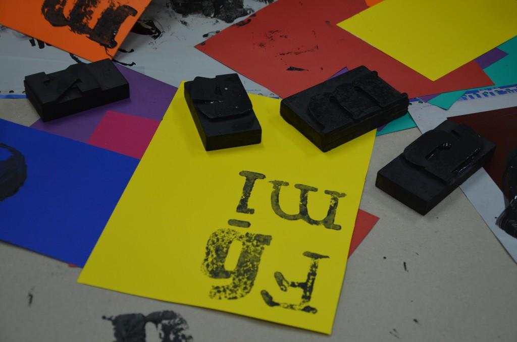 Na zdjęciu: litery odbite na żółtej kartce