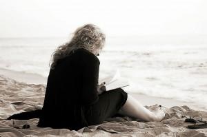 Kobieta czyta na plaży