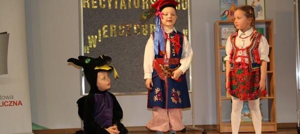 12 Trójka dzieci prezentuje wiersz o złym smoku