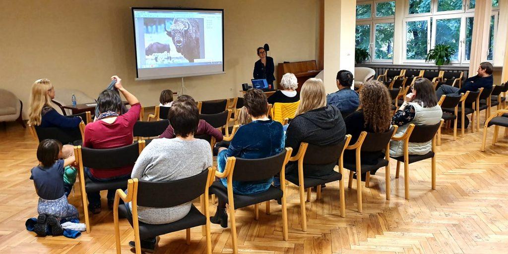 Grupa osób przy stole podczas warsztatów w MBP w Siemianowicach Śląskich