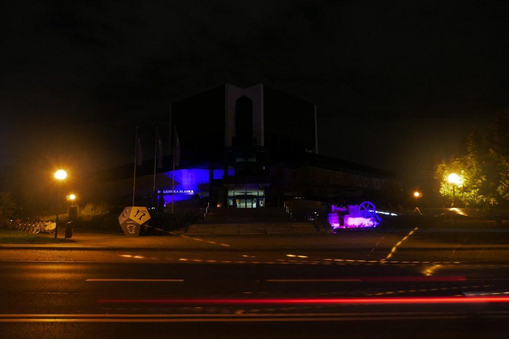 Budynek biblioteki nocą